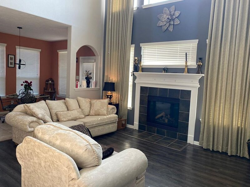 Spacious House equipped with Theatre room and Playset in yard for work and play, vacation rental in Spring