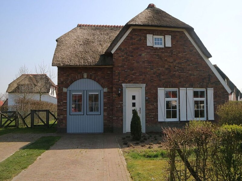 Nice villa with sauna, whirlpool & steam shower, holiday rental in Heythuysen