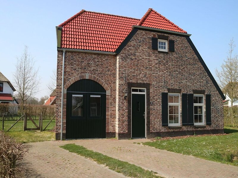 Nice, child-friendly villa with a sauna in Limburg, holiday rental in Heythuysen