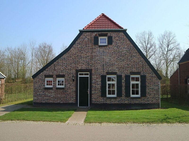 Nice villa with sauna and whirlpool in Limburg, holiday rental in Heythuysen