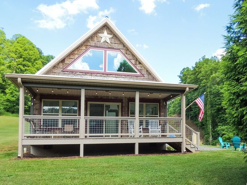 Cozy NC Mountain Cabin Getaway-Near Asheville, I-26, Wifi, Fire Pit, & More!, holiday rental in Marshall