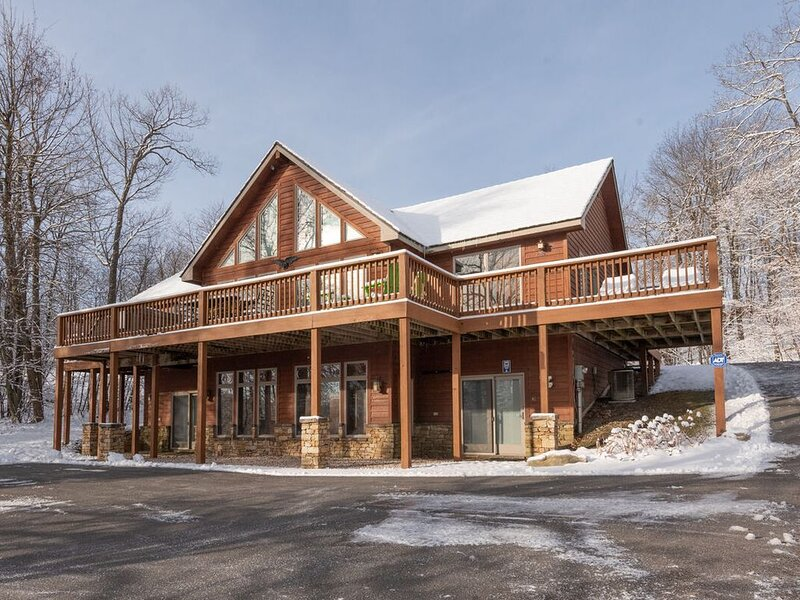 Ski In/Ski Out Home w/Hot Tub, Fire Pit, & 2 Fireplaces!, alquiler de vacaciones en McHenry