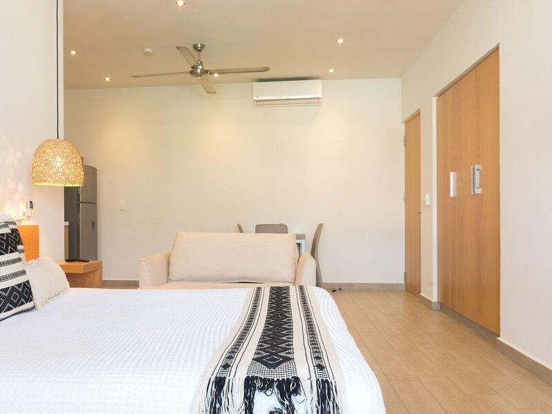 Clean 12MB studio stay 30+night get 30%off, holiday rental in Solidaridad