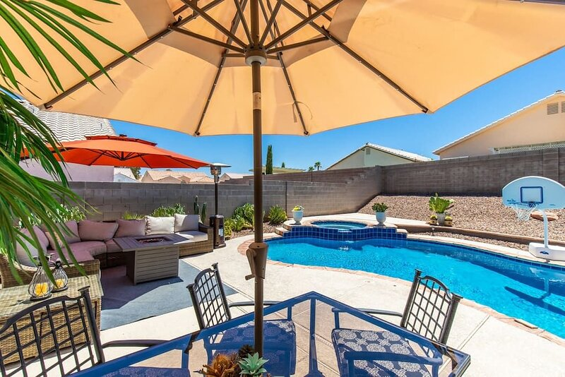 Classic, Modern and Glamorous! **Heated POOL**, vacation rental in North Las Vegas