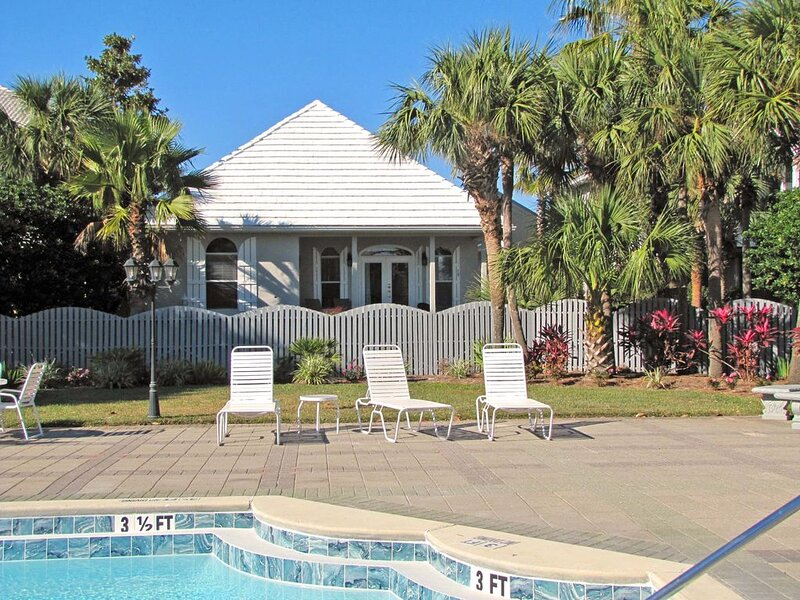 Walk to Beach! 4BR/3BA w/Guest House! Pet Friendly*Pool View*Impressive!, holiday rental in Miramar Beach