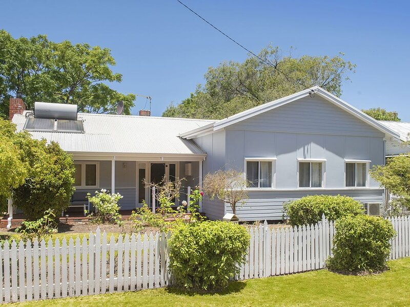 SEASHELL COTTAGE - Busselton Jetty Central, holiday rental in Capel