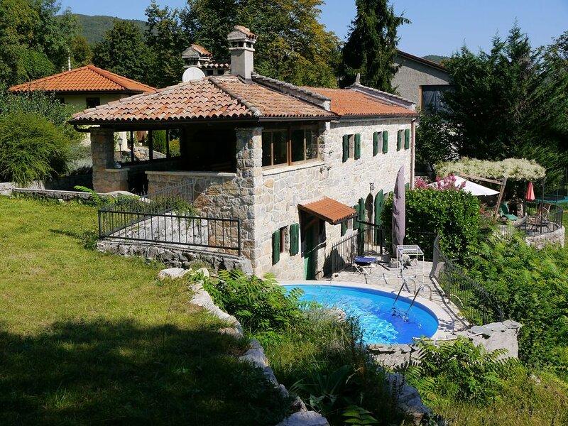 Romantisches Natursteinhaus mit Pool zwischen Berg und Strand, holiday rental in Veprinac