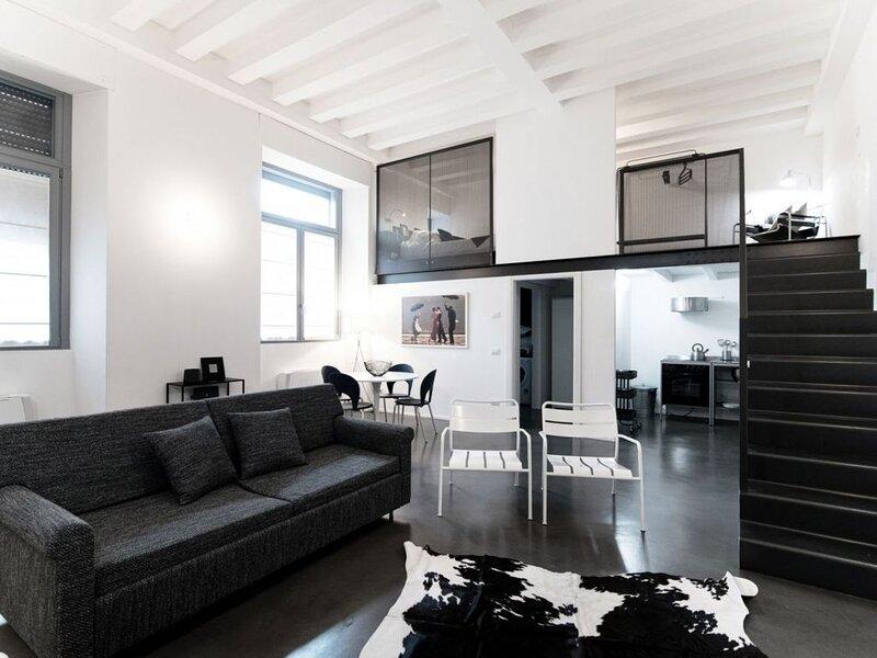 Appartamento moderno nel centro storico di Como, con parcheggio privato., location de vacances à Albate