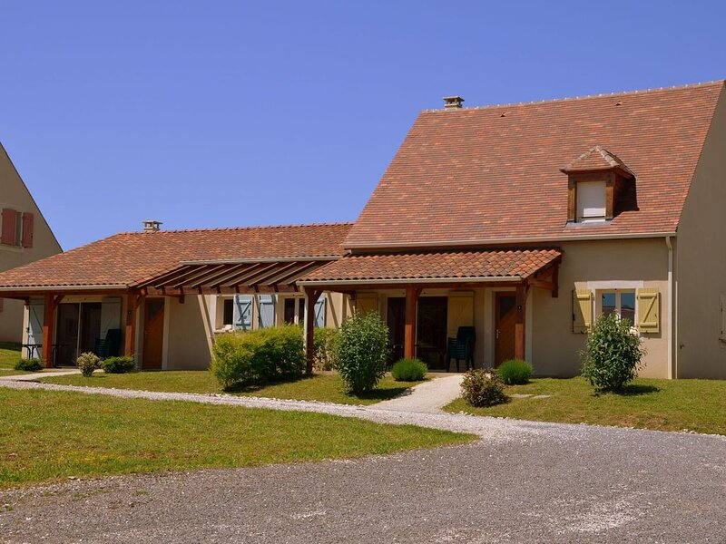 Secluded holiday home with a dishwasher, not far from Sarlat, alquiler vacacional en Loupiac