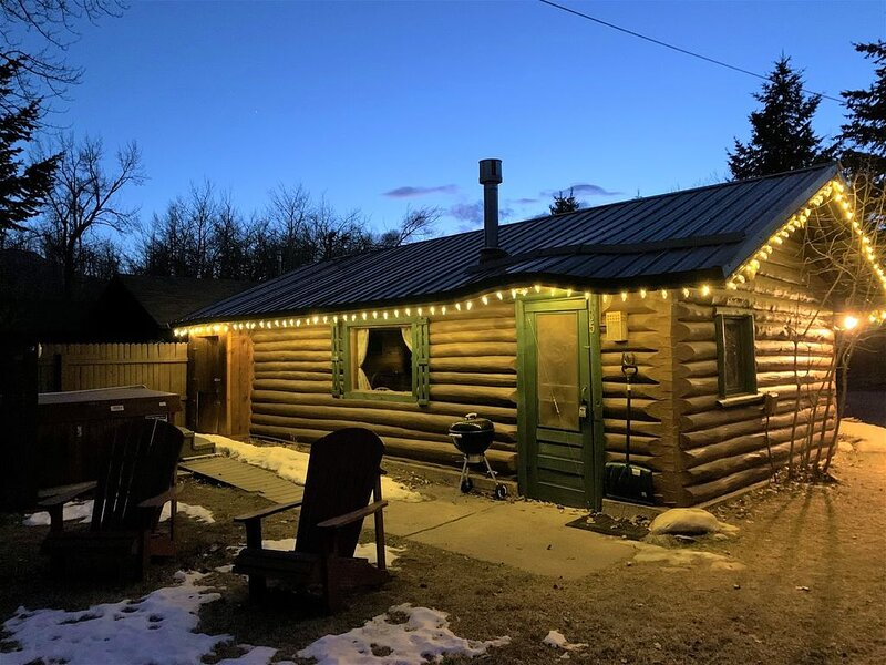 Quaint historic cabin with hot tub and WiFi, this cozy cabin is a short distance, location de vacances à Rouge Lodge