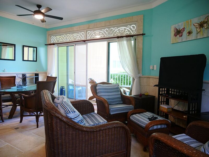 Luxury 2 BR condo: Just the Pool between you and the Beach!, alquiler de vacaciones en Espaillat Province