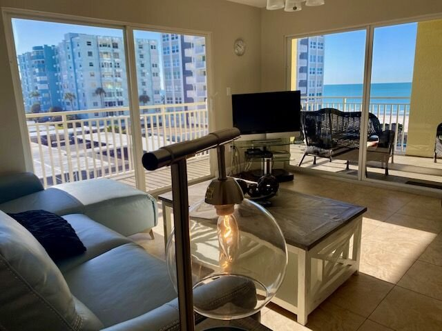 SANITIZED: Bright Cheerful Condo with Great Beach View! 301, casa vacanza a Redington Shores