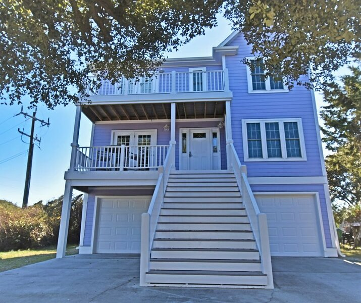 Spacious home, quiet area, plenty of parking and a short walk to the beach!, vacation rental in Kure Beach