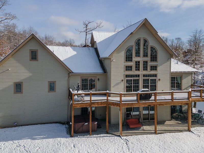 Lake Access Home w/Hot Tub, Pool Table, & 2 Gas Fireplaces!, holiday rental in McHenry