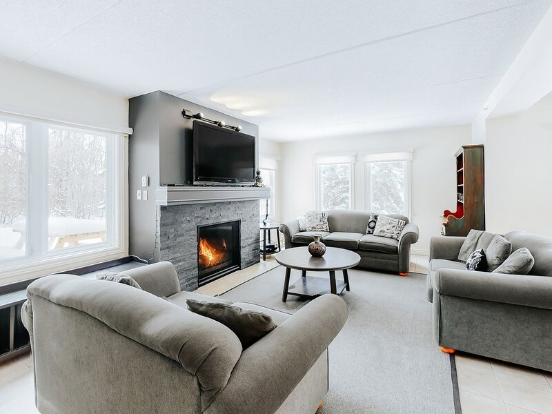 Spacious Blue Mountain getaway w/ a gas fireplace, full kitchen, furnished patio, holiday rental in Feversham