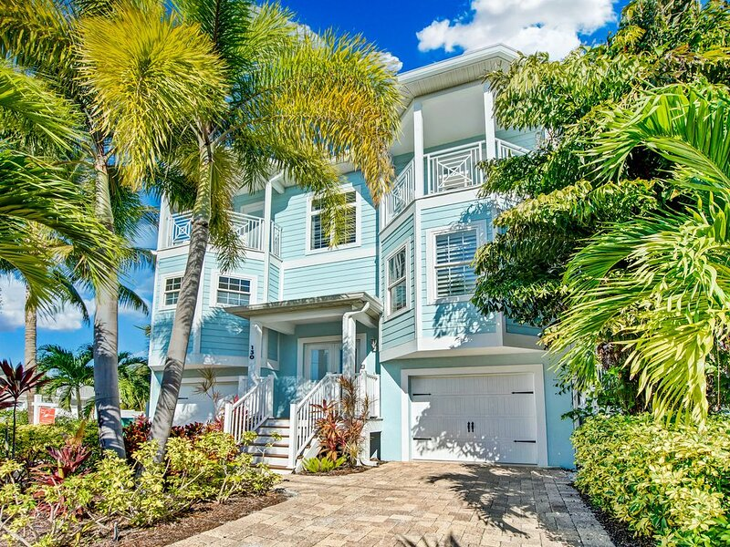 Roof Top deck plus outside bar and 1 min to the beach!, vacation rental in Holmes Beach