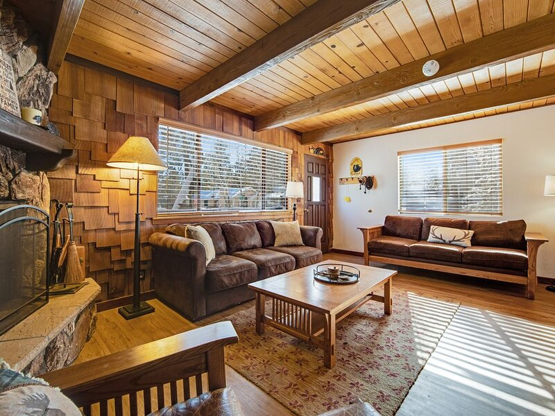 Dog-friendly home w/spacious deck, private hot tub & cozy fireplace -1 dog ok – semesterbostad i Sugarloaf