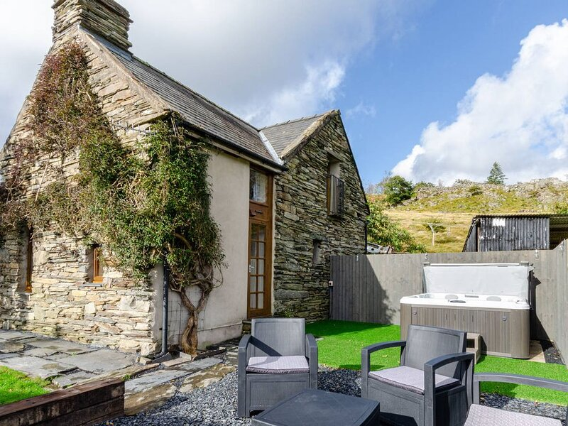 In Snowdonia National Park on the owners' farm a mile from Penrhyndeudraeth and, holiday rental in Prenteg
