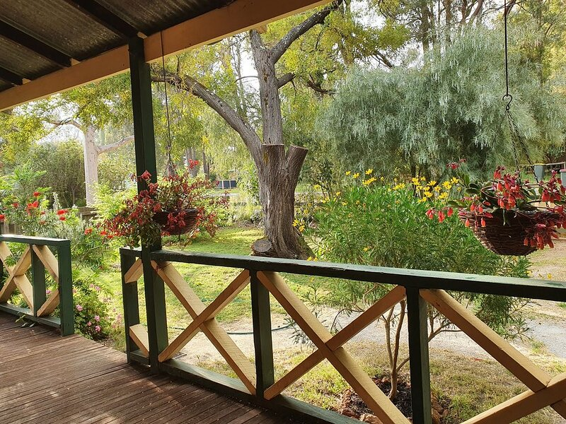 Woodcutter's cottage - come to enjoy the bush, peace & quiet, alquiler vacacional en Yarloop