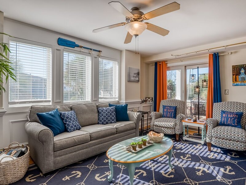 Colorful, beach-themed condo w/ a shared pool, only one block from the beach!, location de vacances à Wilmington Island
