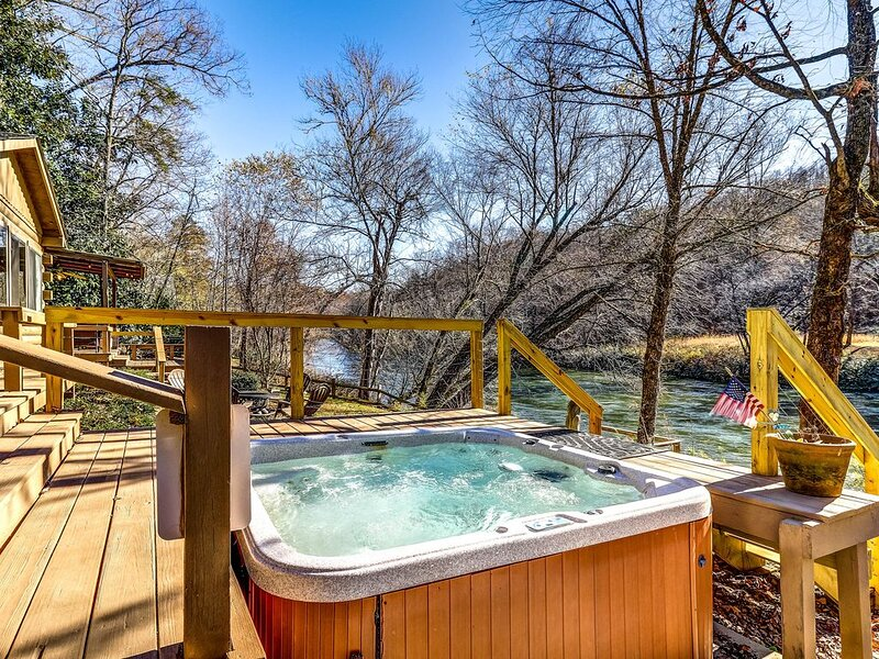 Beautiful, dog-friendly waterfront cabin w/ wood-burning stove/ private hot tub!, alquiler de vacaciones en Mineral Bluff