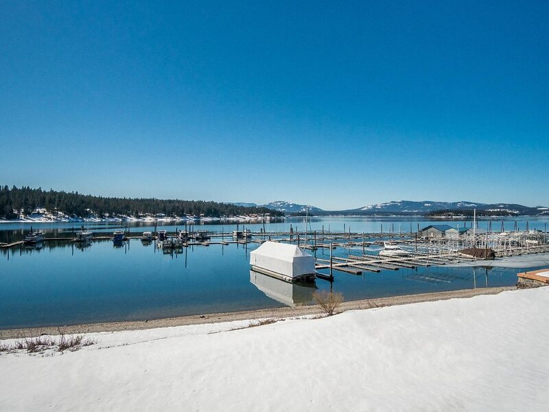 Newly remodeled lakeside condo with a private patio, grass area, close to town a, vacation rental in Hope