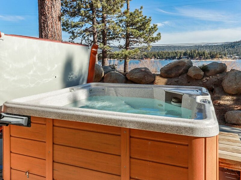 Happy Harbor Fawnskin Tri Level Lakeview w/ Private Hot Tub + Boat Dock, location de vacances à Fawnskin