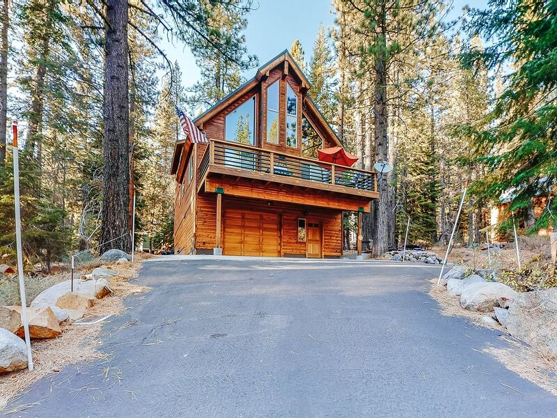 New listing! Updated, dog-friendly cabin w/ a full kitchen & furnished deck, alquiler de vacaciones en Soda Springs