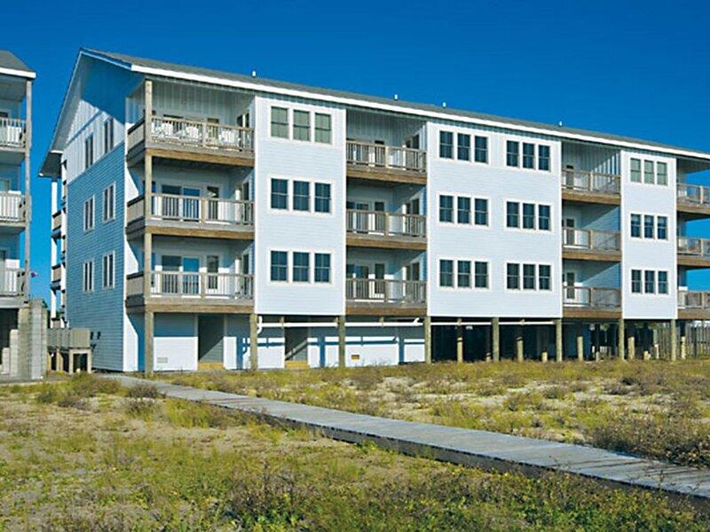 Lovely Oceanfront Condo w/Resort Pool & Elevator, PlayStation 3, Beach Boardwalk, casa vacanza a Rodanthe