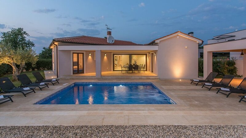 Lovely modern villa with pool near Pula, holiday rental in Barbariga
