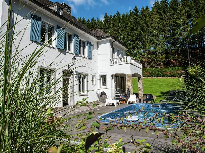 Luxurious villa with a fully equipped kitchen and with terrace, jacuzzi and pool, holiday rental in Malmedy