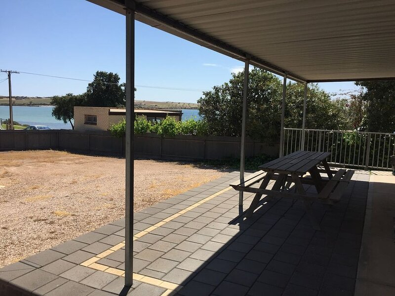 UNIT 1 - AFFORDABLE ACCOMMODATION JUST 20M FROM THE FORESHORE!, alquiler de vacaciones en Streaky Bay
