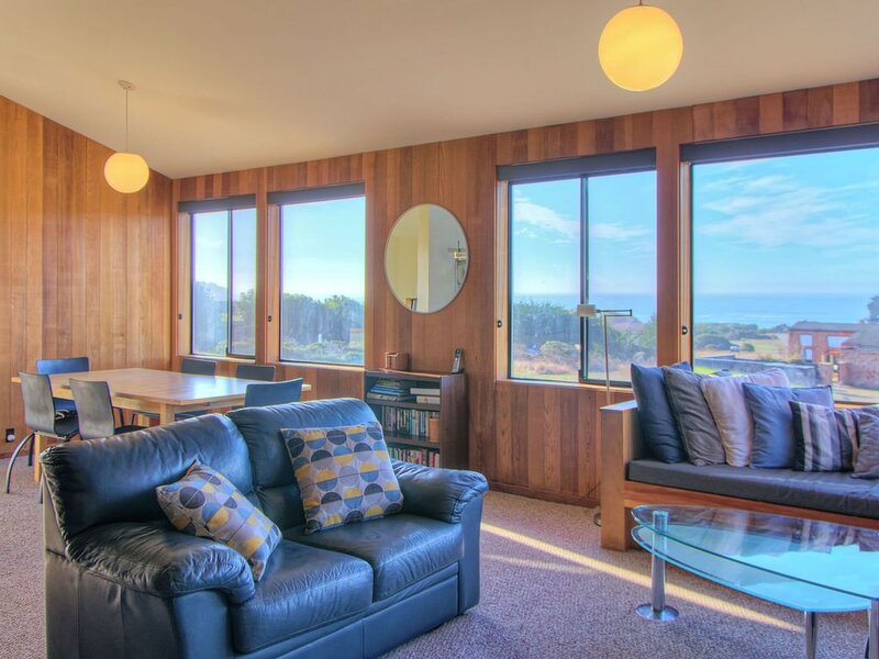 Meadow Getaway w/ Private Hot Tub, Walk to Shell Beach & Tide Pool Beach, vacation rental in The Sea Ranch