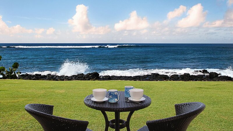 STEPS FROM THE OCEAN'S EDGE WITH AC & SUUNSET VIEWS!, vacation rental in Kalaheo