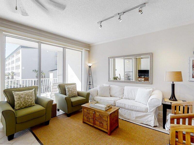 Super-comfy Seagrove Condo w/ free WiFi & spacious balcony offering pool views!, casa vacanza a Alys Beach