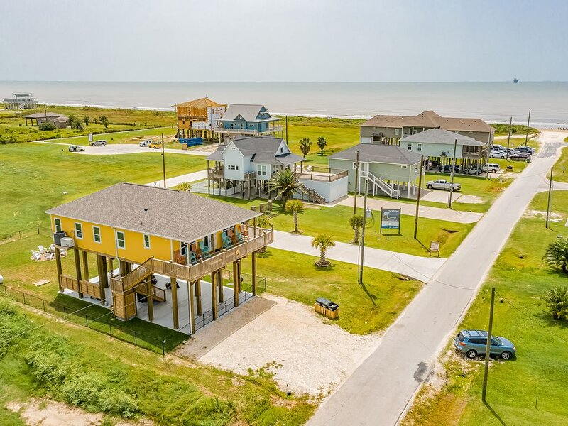 Beautiful Beach Home w/Gulf Views, Firepit, Deck, Patio - Steps from the Water!, holiday rental in Crystal Beach