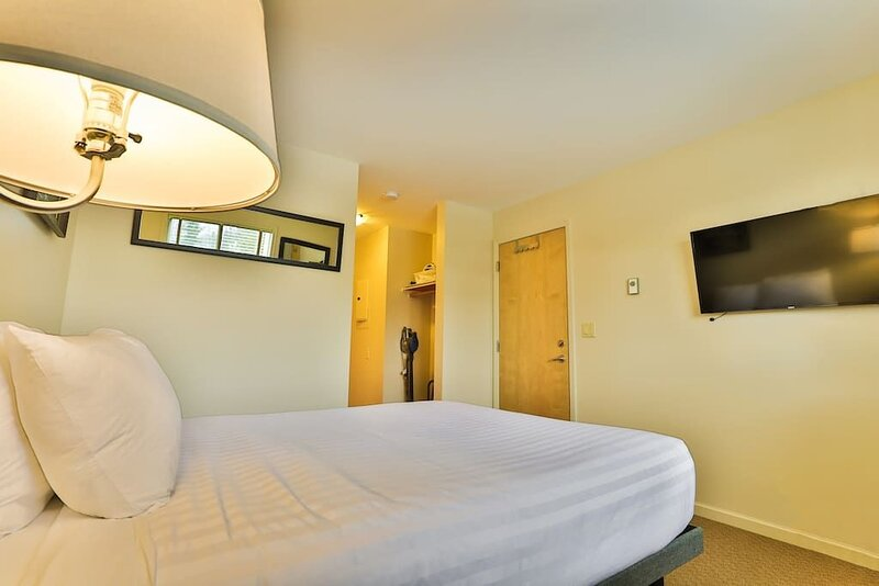 NEW Queen Bed and a bathroom on the ski hill, holiday rental in Fernie