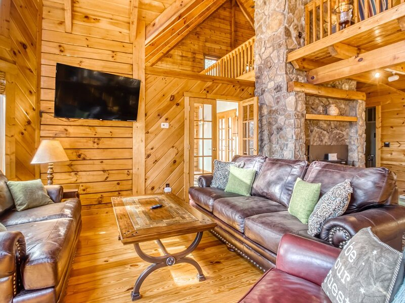 Gorgeous lodging in the woods w/free WiFi, shared tennis court, wraparound deck!, holiday rental in Helen