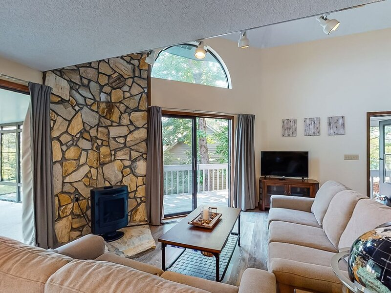 Charming home w/ amazing forest views, central AC, and 24/7 security!, holiday rental in Talking Rock