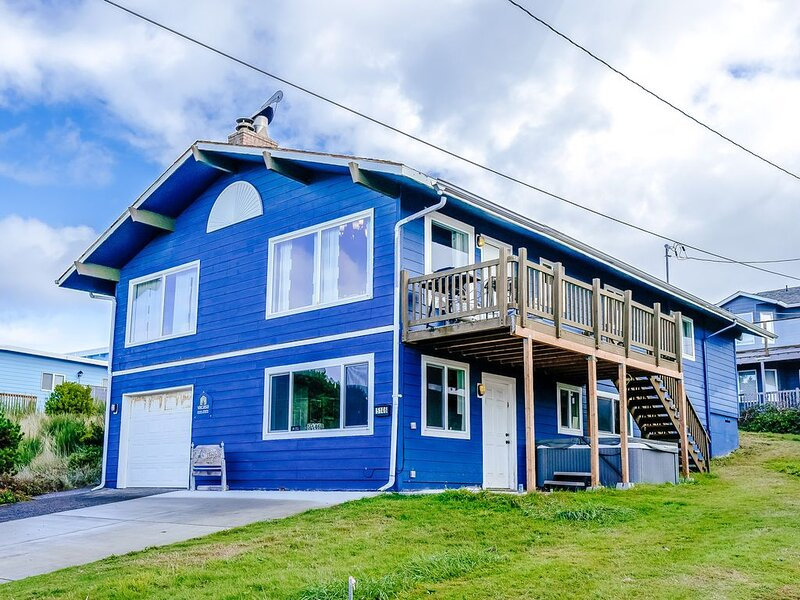 Ocean view home steps from the beach w/ game room - dogs OK!, holiday rental in Neotsu