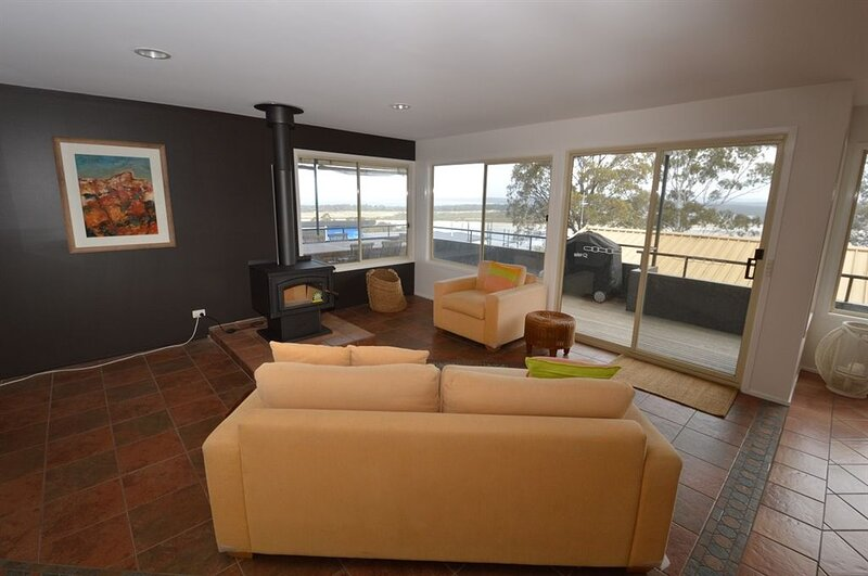 Large open plan house with Superb Views!, vacation rental in Candelo
