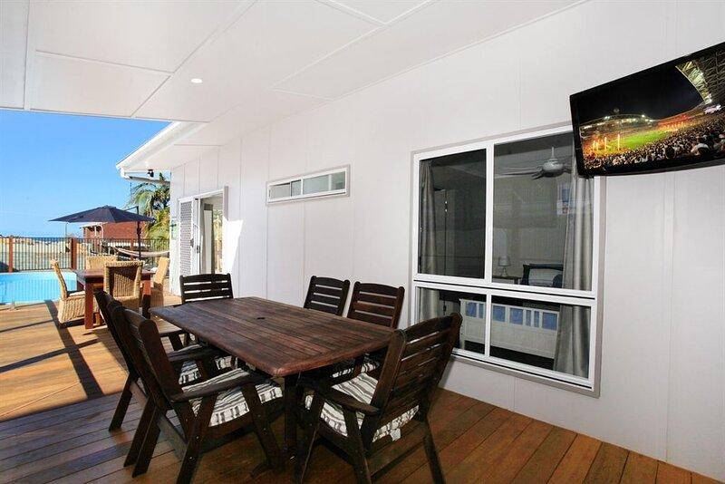BEACH, SHOPS & FABULOUS VACATION HOME!, location de vacances à Coolum Beach