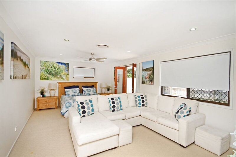 MAGNIFICENT HOLIDAY HOME IN CENTRAL COOLUM - HEATED POOL & PET FRIENDLY, location de vacances à Yandina