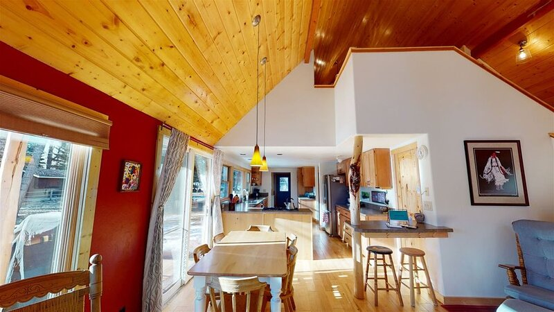 Over the river and through the woods, you`ll love this home!  Short distance fro, location de vacances à Rouge Lodge