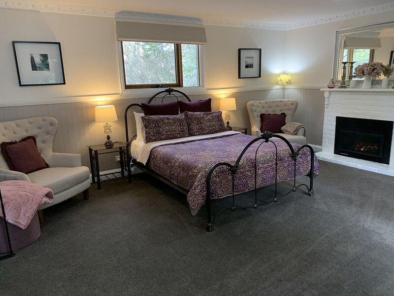 Clarendon's Camellia Cottage - A private romantic haven for couples to escape!, holiday rental in Croydon