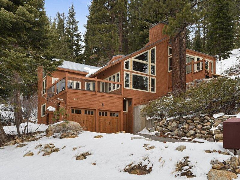 Pet Friendly Incline Village Getaway, Filtered Lake Views, HOA Amenities, Smart, location de vacances à New Washoe City