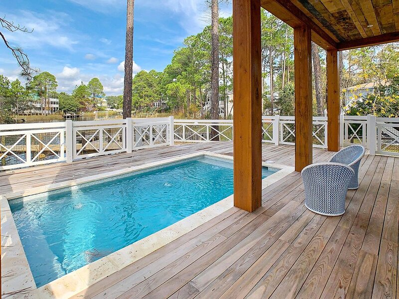 New Luxury Waterfront Home with Private Pool and Dock!, casa vacanza a Seagrove Beach
