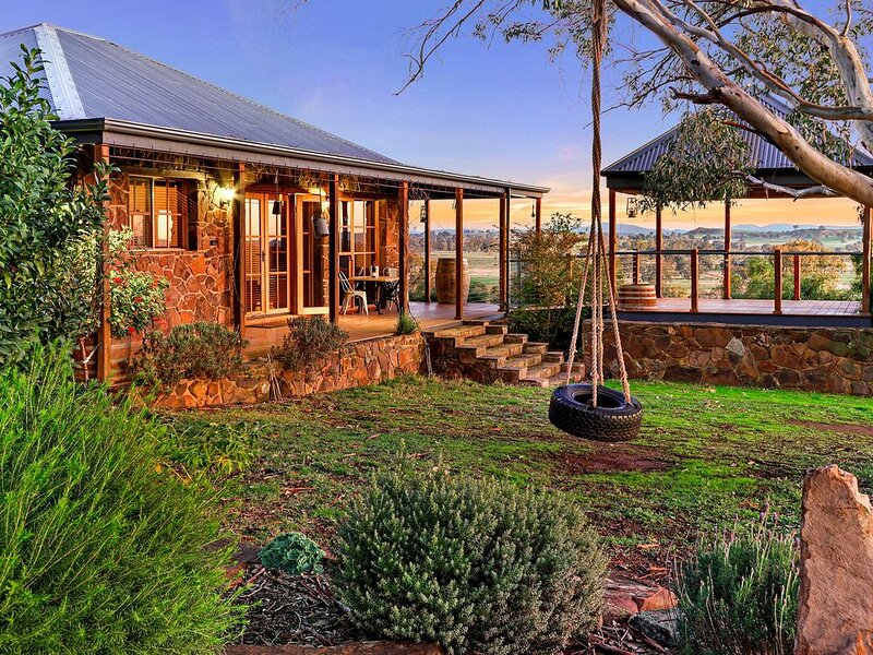 A View to a Hill-Stone Creek Cottage Farmstay, holiday rental in Myrrhee