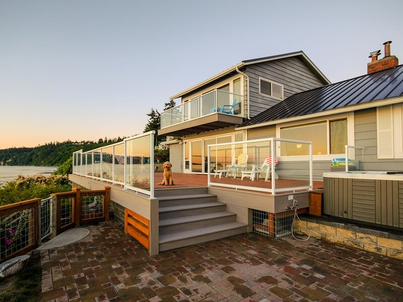 Waterfront Paradise w/ Private Beach, Private Hot Tub, & Sound Views - Dogs OK!, holiday rental in Freeland