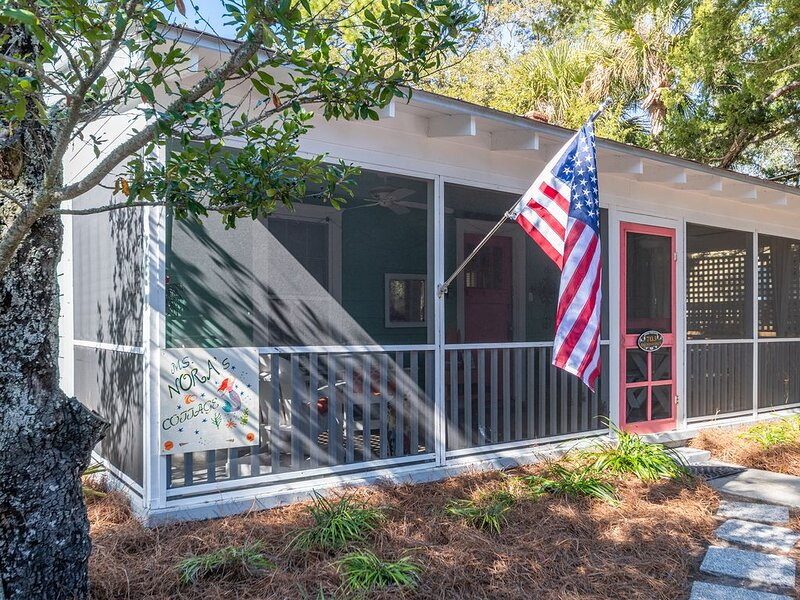 Nora's! Cottage! 3 Blocks From Beach! Screened Porch & Deck! Outdoor Shower!, alquiler de vacaciones en Isla de Tybee